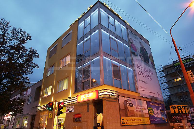 Lúčové exteriérové svietidlá na fasáde budovy VICTORY TIP v Trnave