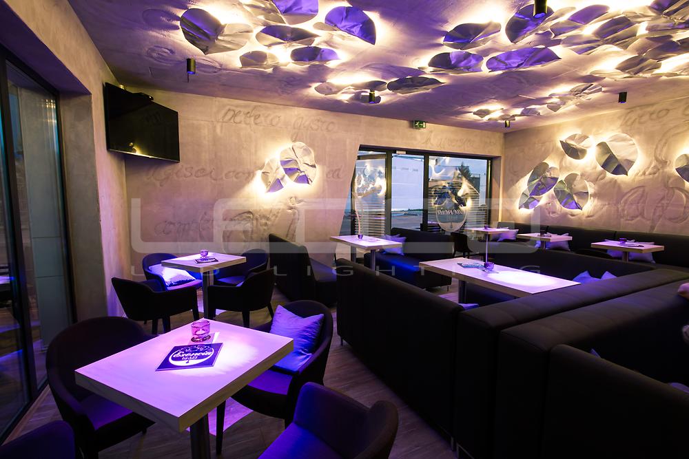 LED osvetlenie kaviarne. Interiérový dizajn. Kreatívne svetelné dekorácie.