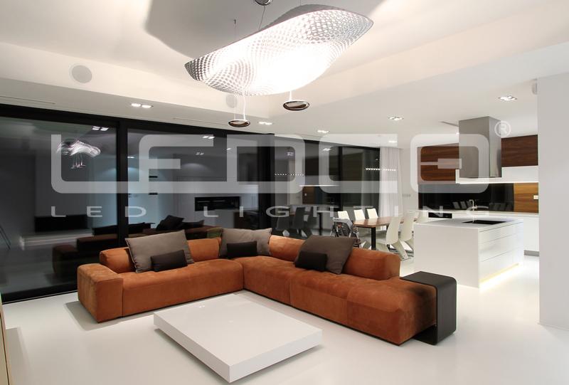 Interiérový dizajn. Štýlové osvetlenie v modernom rodinnom dome s LED svietidlami.