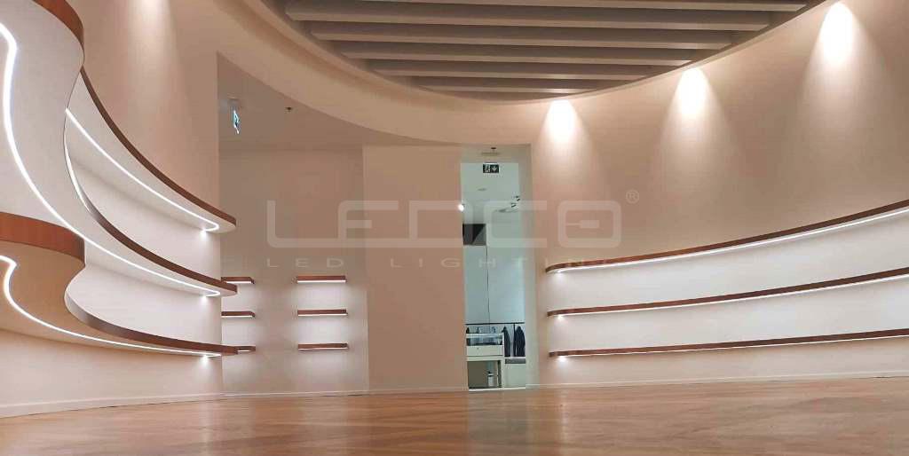 Osvetlenie výstavných políc v predajni s LED pásom Neonflex