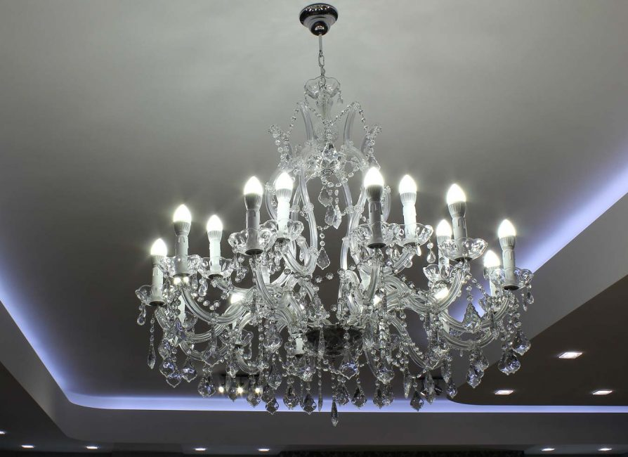 Svatební salon s LED osvětlením a krystalový lustr