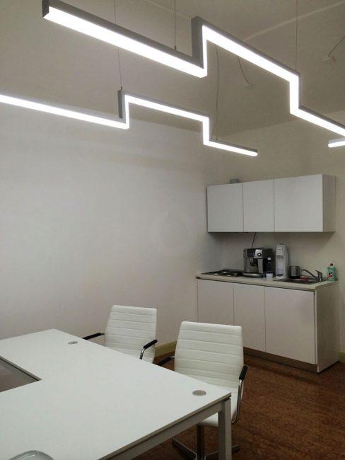 LED líniové svietidlo v kancelárii