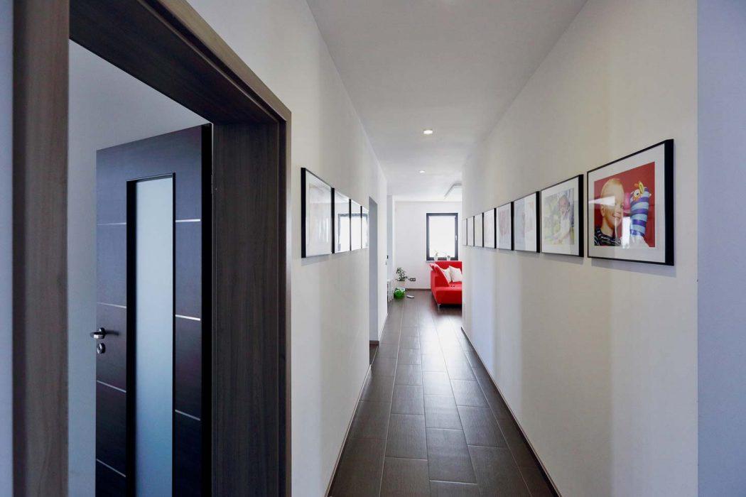 Bodové LED osvětlení na chodbě