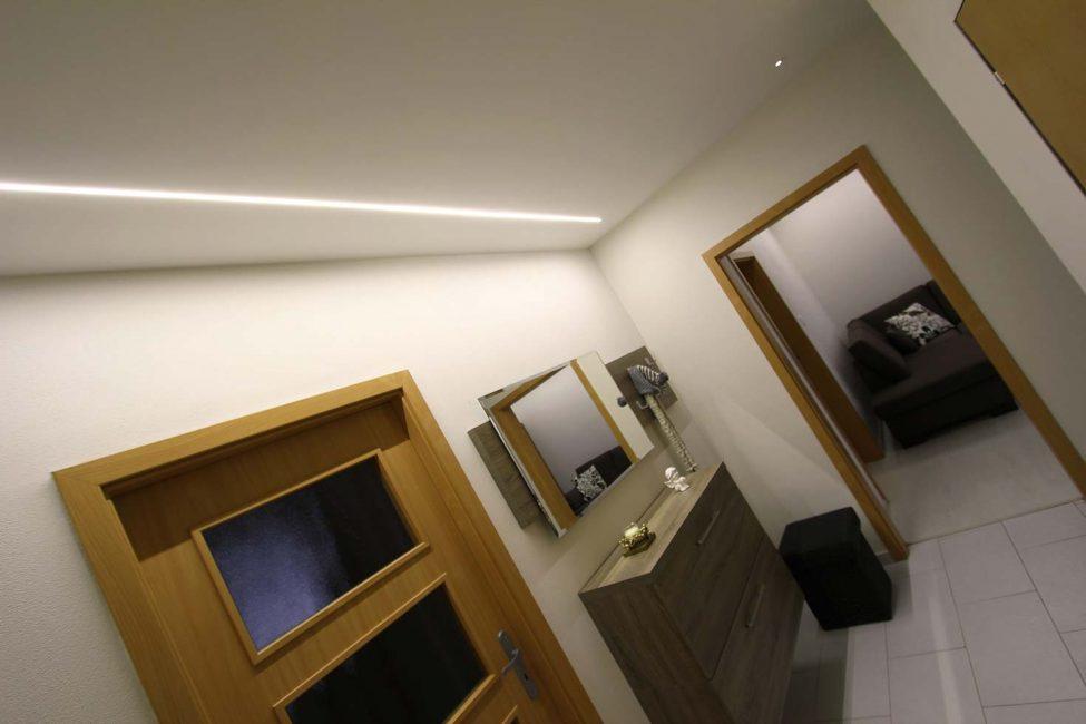 Líniové LED osvetlenie na chodbe