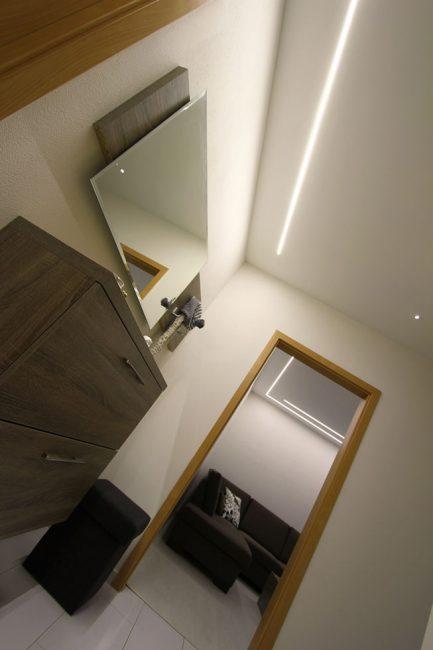 Líniové LED osvetlenie v chodbe