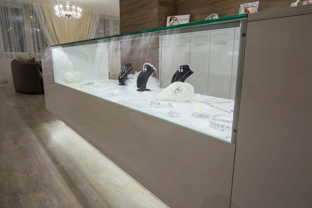 LED osvětlení vitríny, svatební salon