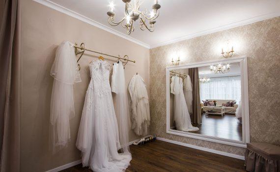 Elegantní lustr v svatebním salonu