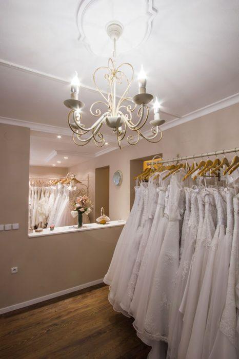 Elegantný luster v svadobnom salóne