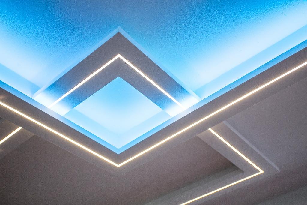Montáž sadrokartónu, frézované sadrokartónové prefabrikáty a LED osvetlenie na mieru
