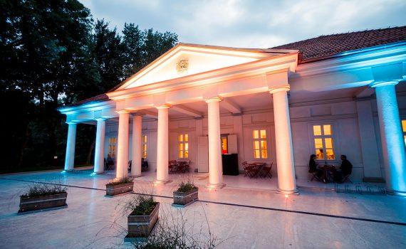 LED osvětlení v exteriéru, RGB osvětlení fasády, architektonické osvětlení, Biskupský Hostinec Nitra