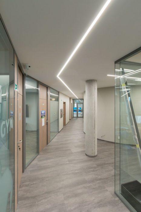 liniové osvětlení chodby, LED profily na chodbě, LED osvětlení administrativy