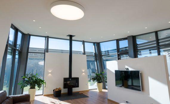 LED osvětlení obývacího pokoje, woodLED, Trilum, bodovky ve stropě, svítidla na stěně, osvětlení u krbu