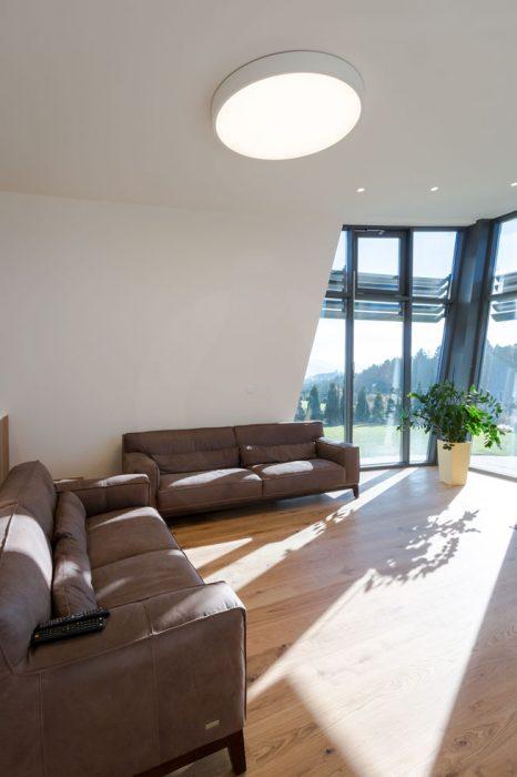 LED osvetlenie obývačky, woodLED, Trilum, bodovky v strope, svietidlá na stene