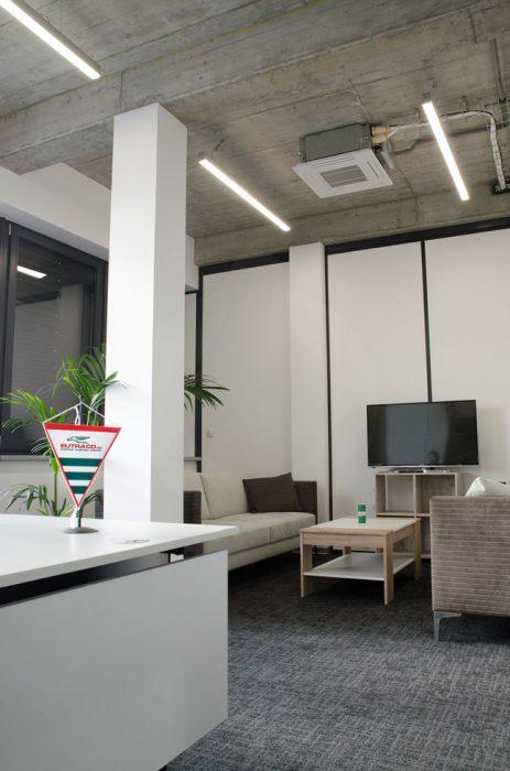LED líniové svietidlá v kancelárii
