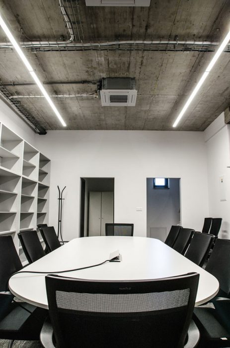 LED líniové svietidlá v zasadačke