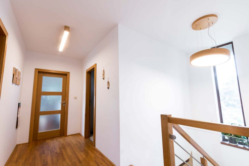 drevené svietidlo na chodbe, osvetlenie schodiska, woodLED Trilum