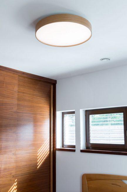 woodLED Soft v izbe, drevené svietidlo v izbe