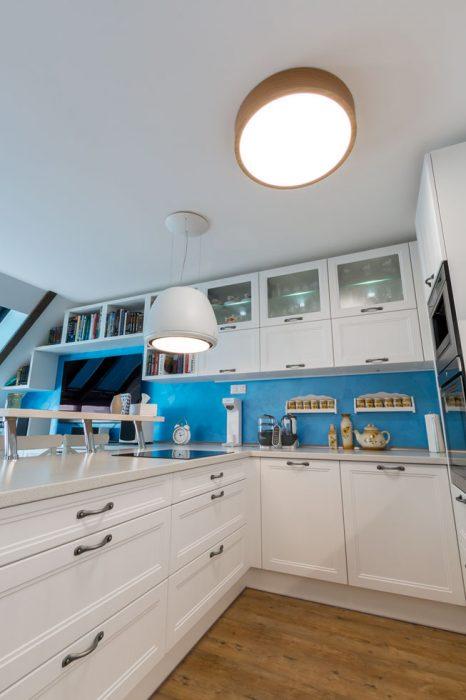 štýlové osvetlenie kuchyne, svetelný digestor, zavesený biely digestor