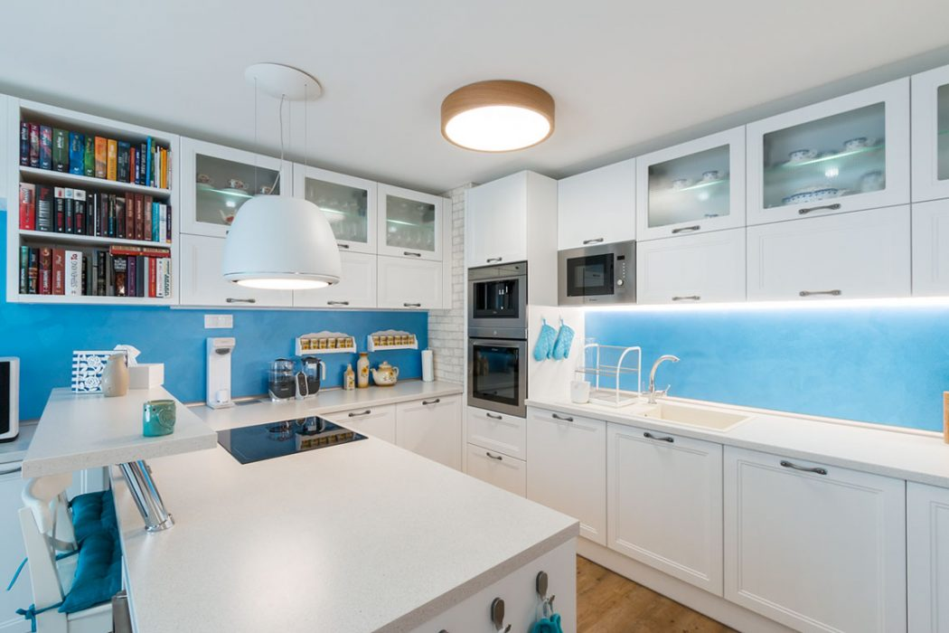 Drevené svietidlo v kuchyni, led pod kuchynskou linkou, osvetlenie kuchysnkej linky