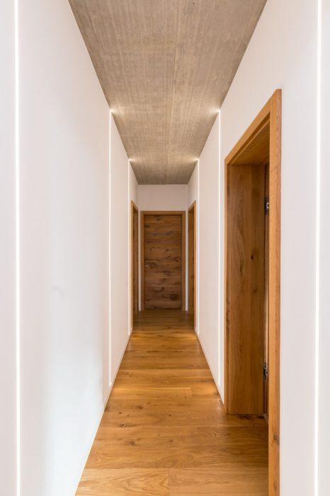 Osvetlenie chodby, LED pásy na stene, LED profily na chodbe