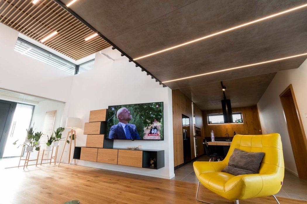 LED línie v obývačke, drevené lamely na strope, LED pás v obývačke