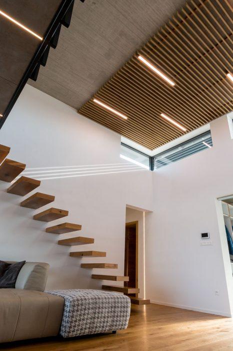 LED línie medzi drevenými lamelami, LED osvetlenie átria, svietidlá do galérie