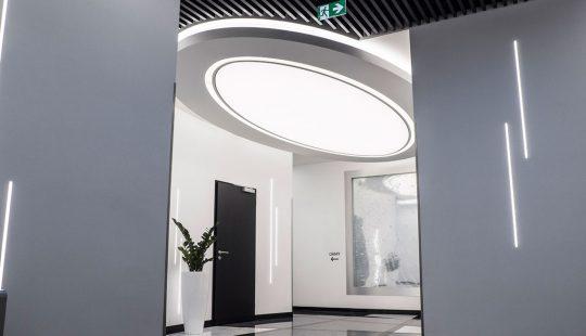 Svetelný strop, napnutá fólia, podsvietený strop v obchodnom centre