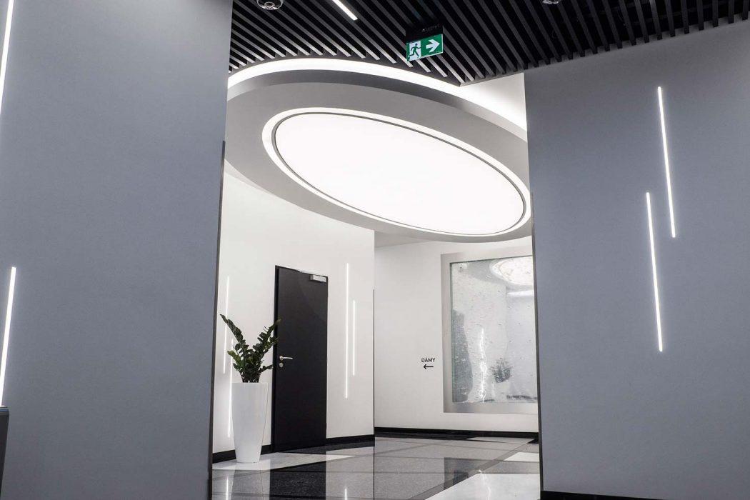Svetelný strop v obchodnom centre