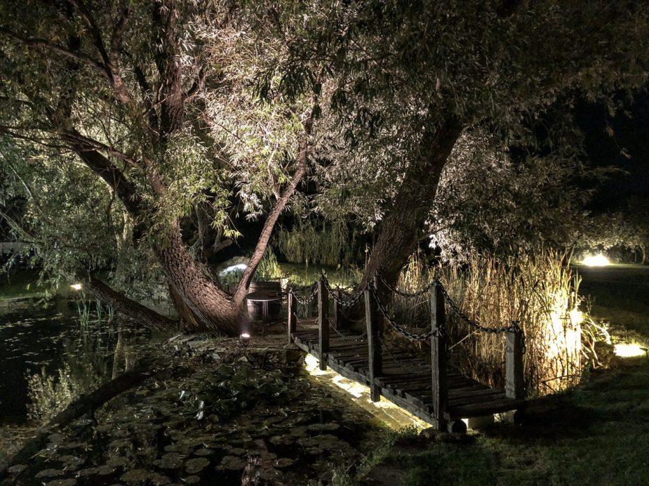 nočné osvetlenie parku, parkové osvetlenie, LED pás pod mostíkom